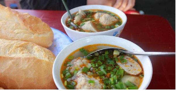 Bánh mì ăn kèm xíu mại món ăn ngon Đà Lạt