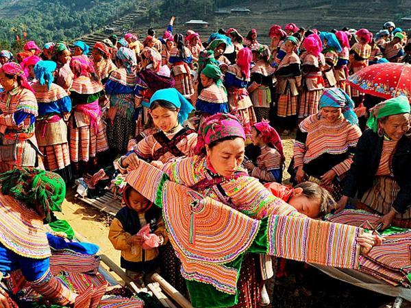 Díu dắt nhau đi chợ phiên, hòa mình vào bản sắc văn hóa dân tộc