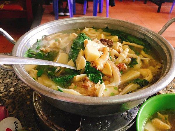 Lẩu gà lá é món ăn hấp dẫn du khách gần xa đến với Đà Lạt
