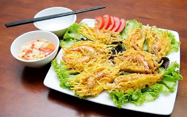 Bánh tôm Hồ tây một trong những món ăn vặt Hà Nội hấp dẫn