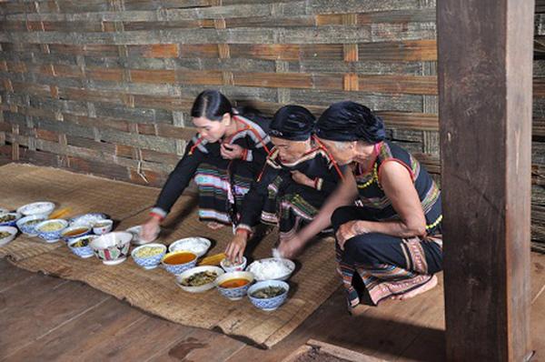 Tục cúng cơm trong lễ hội cơm mới ở Tây Nguyên