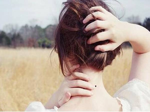 Xem bói nốt ruồi sau gáy phụ nữ