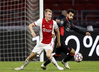 Perr Schuurs (trái) có thể làm đồng đội của Mohamed Salah sau kỳ chuyển nhượng mùa Đông này